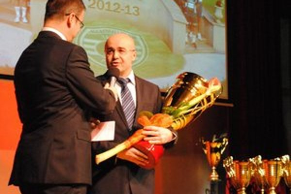 Branko Benko na snímke vpravo od moderátora M. Merčiaka, v týchto dňoch sa má čo obracať.
