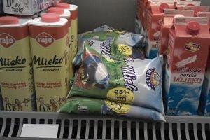 Na pultoch obchodných reťazcov stále môžete nájsť sáčkové mlieko.