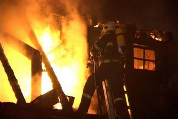 Hasičov zavolali k požiaru okolo tretej nadránom.