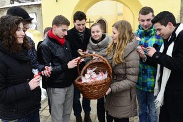 Pred kostolom sa predávali medovníkové srdiečka.