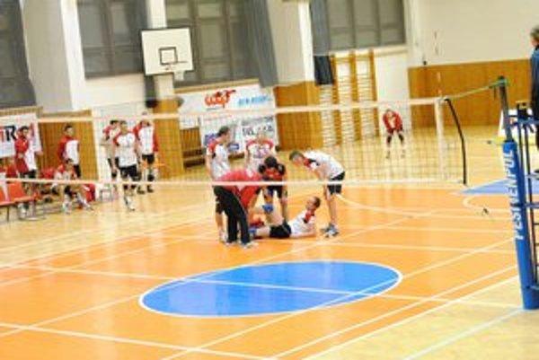 Smečiar Hudák sa počas zápasu zranil.