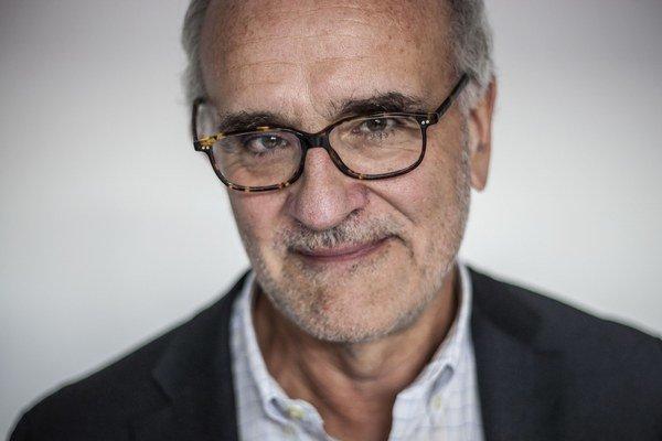 Walt Bogdanich (64) patrí medzi najvýraznejšie osobnosti americkej investigatívnej žurnalistiky. Trikrát získal Pulitzerovu cenu, najprestížnejšie ocenenie pre novinárov v Spojených štátoch. Vyštudoval politológiu a žurnalistiku, pracoval pre Wall