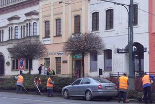Na Hlavnej. Z ciest a chodníkov odstraňujú posypový materiál.