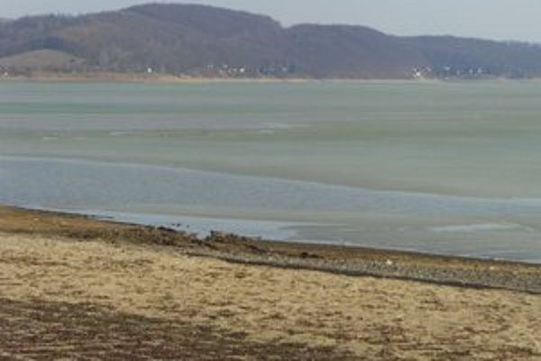 Domaša. Ľad sa roztápa a do nádrže pritekajú milióny kubíkov vody.