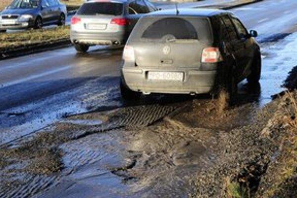 Výtlky na hlavnej ceste v Prešove na sídlisku Sekčov. Cesta je rozbitá aj kvôli zvýšenej premávke kamiónov, ktoré tadiaľto smerujú na sever do Poľska.