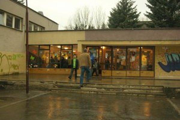 Zhromaždenie rodičov na Mukačevskej. Naposledy bojovali za existenciu školy v roku 2011.