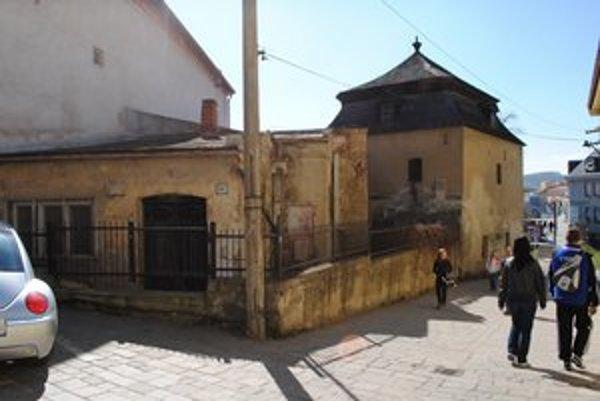 Kumšt. Župa chce obnoviť historický objekt, v ktorom sa pôvodne prečerpávala voda.