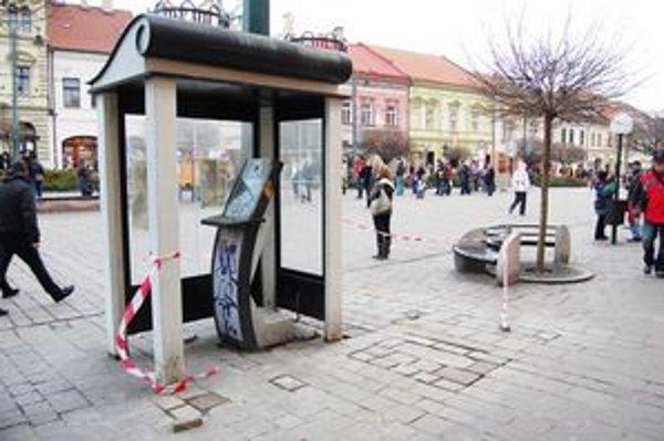 Na Hlavnej. Tu kedysi stáli telefónne automaty.