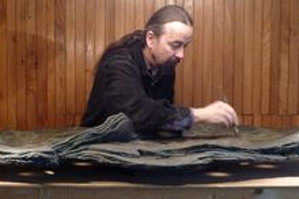 Erik Križovenský. Vyrába bonsajové misky.