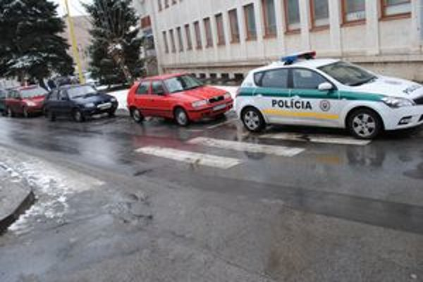 Na priechode. Takto zaparkovali policajti.
