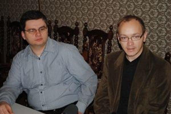 """""""ZOM-kári"""" R. Sabatula (vľavo) a M. Grega si spoluprácu s PKO pochvaľujú."""