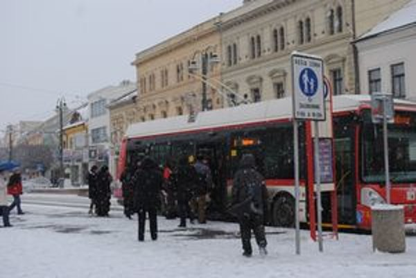 Centrum Prešova. Za ošpliechanie chodca hrozí šoférovi pokuta. Je ťažké to však dokázať.