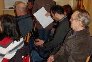 Šéfka petičného výboru Daniela Hochrunová informovala ľudí  o tom,  ako starosta odmietol hárky prevziať.