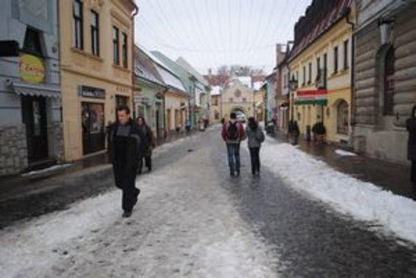 Snehová nádielka chodcov v meste veľmi neteší.