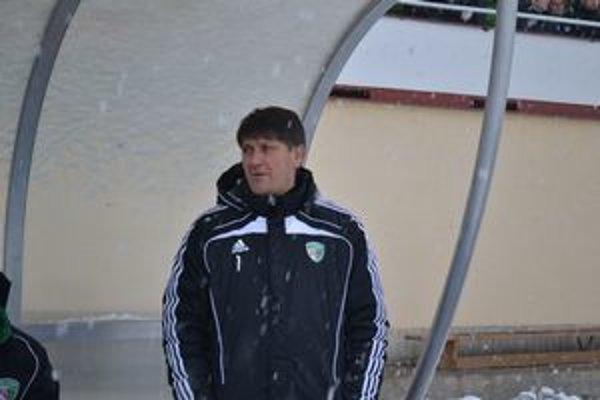 Tréner 1. FC Tatran Prešov  Sergij Kovalec. Svojich zverencov v prípravných zápasoch úpenlivo sledoval.