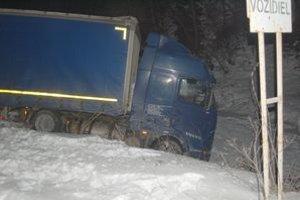 Kamión v potoku. Vodič prešiel z domu iba pár metrov a dostal infarkt.