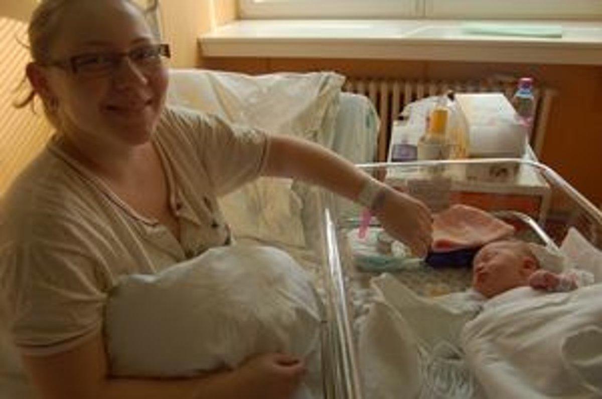 Čerstvá mamička Jana Marušáková má na ruke náramok s rovnakým číslom ako  jej Alexandra. 44c6a2b3de4