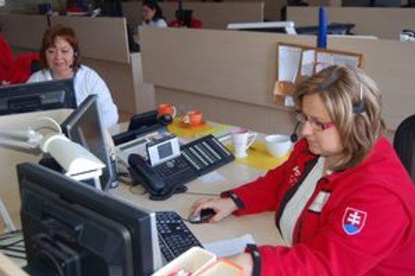 Erika Kijovská a Mária Farbulová. Pracujú ako operátorky na integrovanom záchrannom systéme. Denne radia volajúcim cez telefón, ako poskytnúť prvú pomoc.