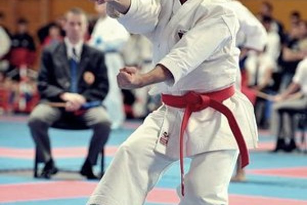 Karatista Peter Fabian. Bronzový medailista z ME v Baku juniorov.