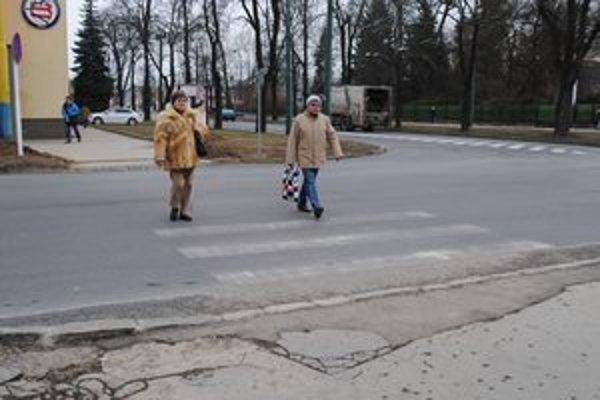 Polovičný priechod pre chodcov. Takýchto je v meste viac.