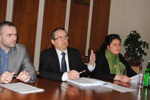 Ako ďalej? Zľava R. Pucher, S. Kahanec a S. Pavlovičová po rokovaní o Lapanči.