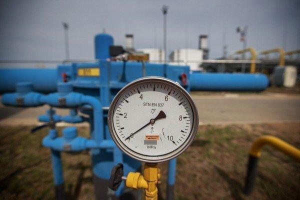 Plyn prúdi z východu na západ aj naopak.
