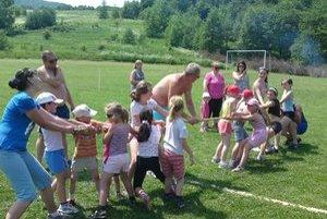 Jedna z miestnych atrakcií pre deti. V obci žije iba 42 detí do pätnásť rokov.