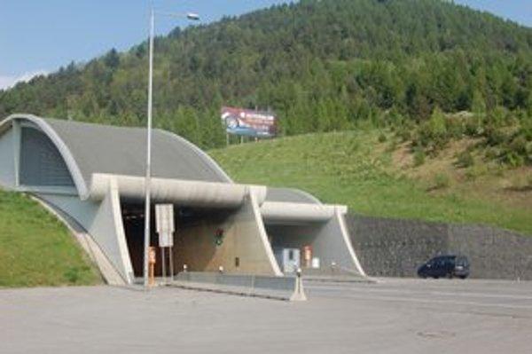 Horský priechod Branisko. Pre uzávierku tunela sa tam tvoria kolóny.