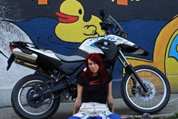 Katka Vrábelová. Prešla motorkou Áziu, teraz sa chystá do Afriky, Ameriky a Kanady.