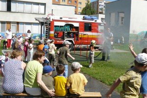 Malí zvedavci. Deti hasičská technika zaujala.