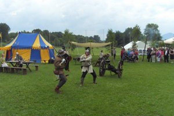 Šermiari predvádzali stredovekú bitku a strieľali z dela.