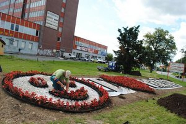 Netradičná kvetinová výzdoba. Vyjadruje lásku k mestu Prešov.