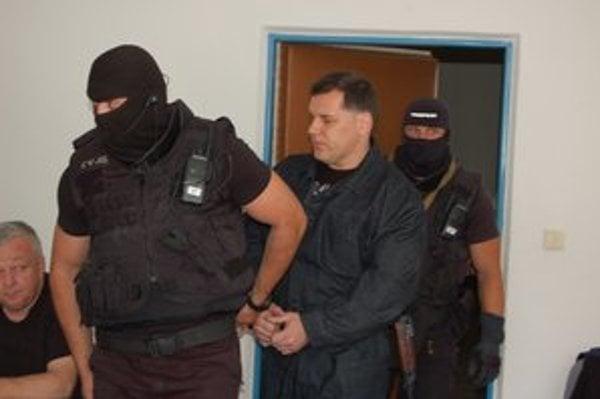 Mikuláša Černáka privádzajú v úlohe svedka.