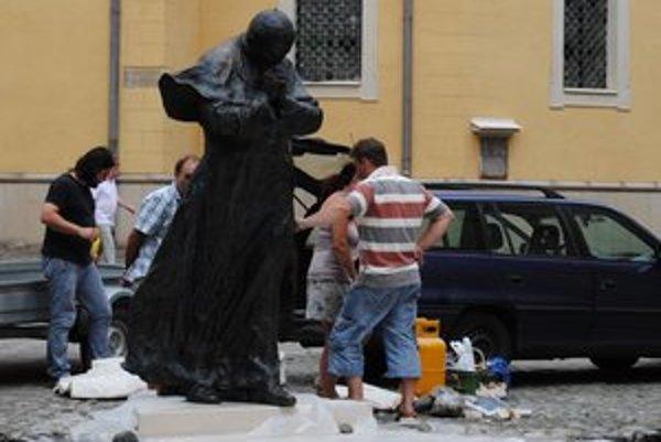 Osadenie sochy Jána Pavla II medzi prešovskými kostolmi.