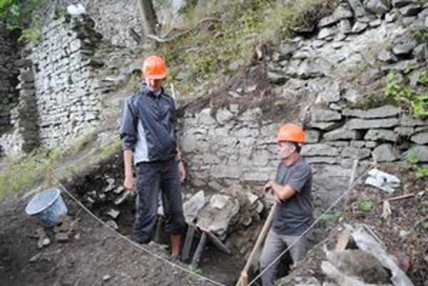 Archeologický výskum prebieha aj po tieto dni na hradoch v Kapušanoch, vo Veľkom Šariši a v Podhradíku.