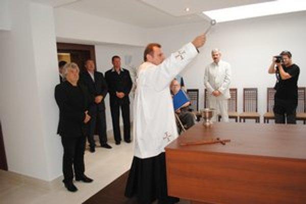 Posvätenie obnovenej miestnosti v Dome smútku. Konajú sa tu rozlúčky so zosnulým.