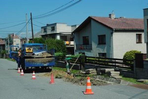 Hlavná ulica v Podhradíku. Pracujú na odstránení poruchy vodovodu.