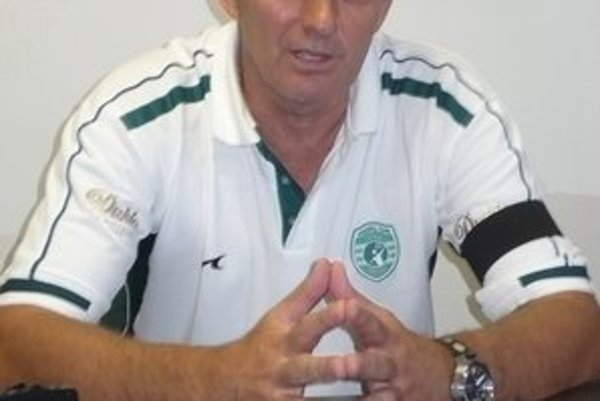 Tréner majstrov. Text k foto: Djordje Rašič rozbalil hlavnú časť prípravy.