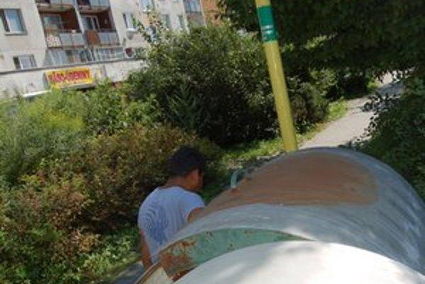 Vykrádanie kontajnerov. Rómovia sa v nich prehrabujú po celom meste.