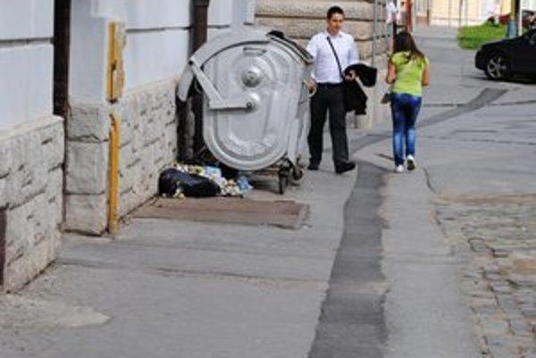 Kontajner a odpadky pod ním. Toto je každodenná realita na tomto mieste po každom víkende.