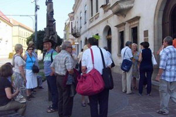 Krajské múzeum. Cez expozíciu spoznali tradičné remeslá, kroje aj život Slovákov.