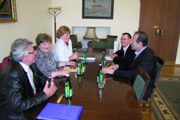 Seniorka roka. Anna Dupaľová (vpravo) pri debate na radnici.