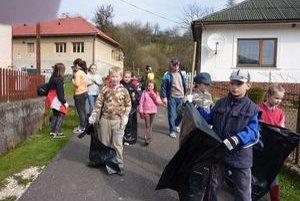 Žiaci zo ZŠ Sedlice. Deň Zeme oslávili brigádou.