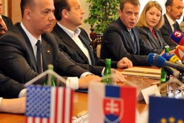 Minister Miškov (vľavo) pri podpise zmluvy s Honeywellom. Teraz Miškov avizuje príchod ďalších dvoch investorov do Prešova.