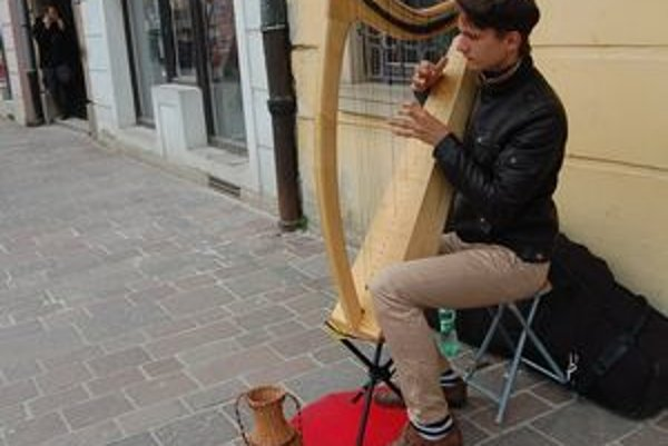 Jakub Rizman. Harfista, ktorý si zarába hraním na chodníku