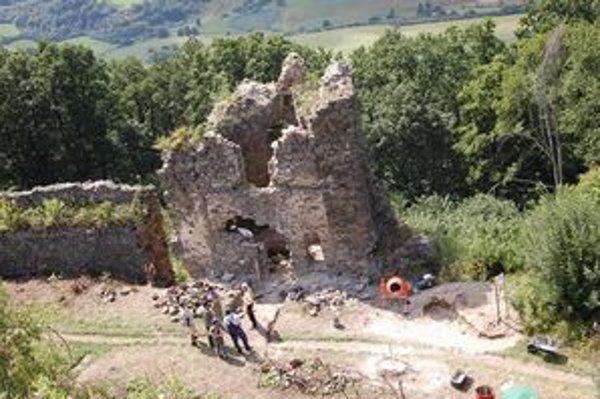 Šarišský hrad. Tridsiatka nezamestnaných začne pracovať na obnove bastiliónu.