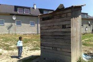 Byty sú bez vody, Rómovia používajú dve latríny, rozbitú cestu obec minulý týždeň vysypala kamením.