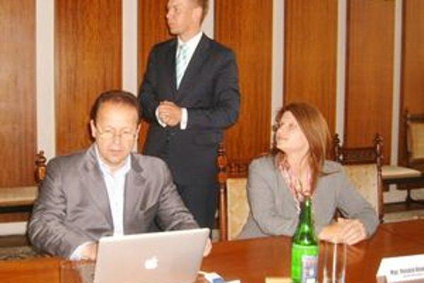 Začiatok projektu. P. Terpák a R. Kiselicová dohliadali na primátora pri spúšťaní portálu.
