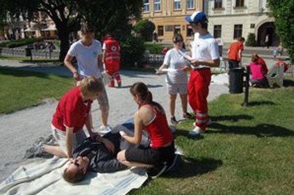 Študenti. Na modelových situáciách predvádzali prvú pomoc.