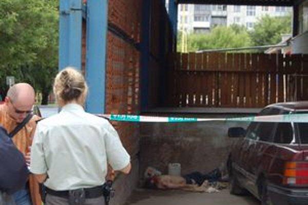 Mŕtvu našli pri nakladacej rampe. Bola polonahá, mala rozbitú hlavu.